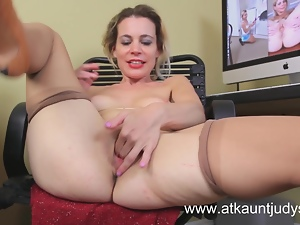 Mature housewife Pauline Marie fingers her wet pussy