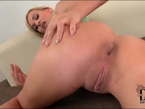 Kelly White shakes her ass and fingers her anus