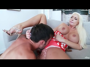 Bimbo Summer Brielle fucked in bald cunt