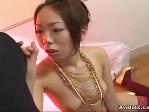 Japanese babe gives a brilliant blow job