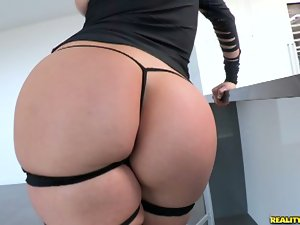 Kendra flaunts her perfect ass