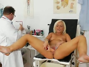 Old skank jerks off after pussy exam