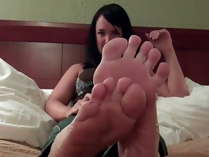 Jerk off to these girls' feet