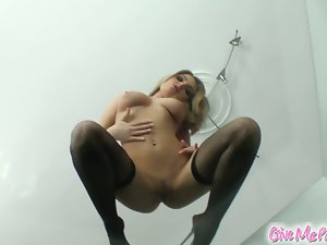 Incredibly hot chick zarina dildos her pussy