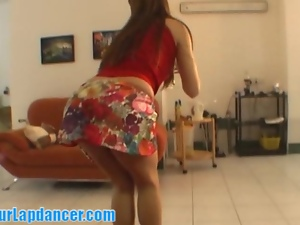 Gorgeous redhead does tempting lapdance
