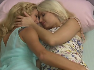 Duo of blondes licking pussyhole