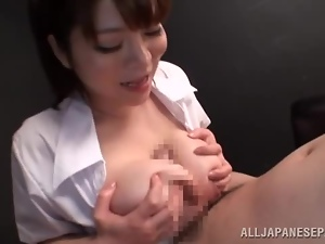 Kurumi Kokoro gives a handjob after getting her tits licked