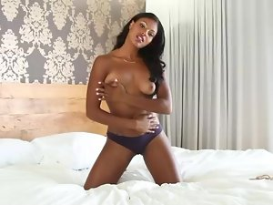 Sexy black chick Teresa Ransom solo in bed