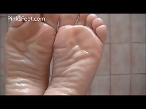 Sexual oiled soles give a foot show