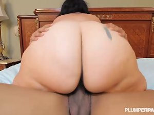 Big Naughty bum Latina Diana Nicole Stretches Her Plumper Butt