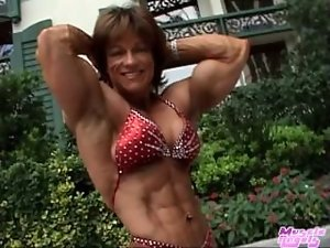 Experienced Muscle Mum Loves to Flex