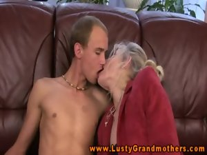 Alluring granny amateur GILF fills mouth with shaft