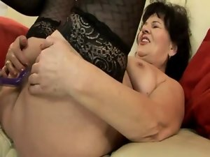 Experienced gilf bangs shaft with fake penis in her butt