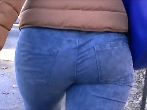 Candid juicy round ass cougar in tense jeans