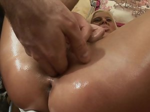 A blondie that has oil over her sensual bum is getting bum fond